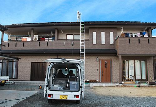 屋根の上でパネル洗浄