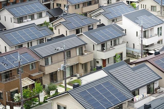 太陽光パネル設置済の家並み
